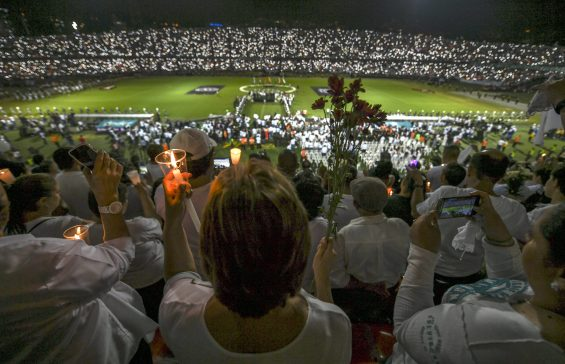 People participate in a tribute to the players of Brazilian team Chapecoense Real killed in a plane crash in the Colombian mountains, on November 30, 2016 in Medellin, Colombia.  Colombia was investigating Wednesday what made a charter plane crash into the country's northwestern mountains, killing 71 people including most of a Brazilian football team and 20 journalists. / AFP PHOTO / LUIS ACOSTA